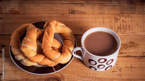 Photo Stands Coffee beans tasa de café con rosquitas en mesa de madera