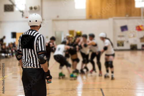 Carta da parati Roller derby referee watches teams for penalties