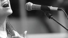 Mujer Cantante Microfono