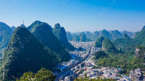 Valokuva The village of Yangshuo and mountains from a bird's eye view