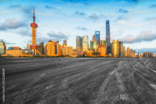 Photo  Empty asphalt road along modern commercial buildings in China's cities