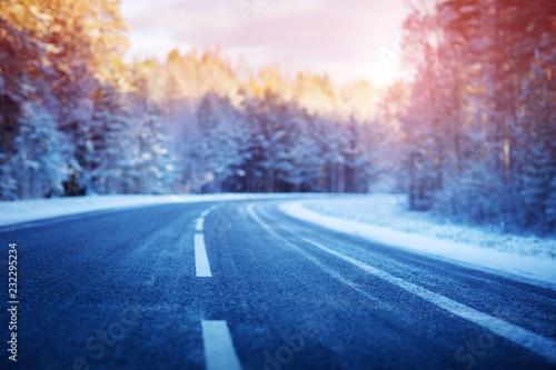 zimowa-droga-pokryta-sniegiem-w-sloneczny-dzien-czarny-lodowaty-asfalt