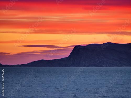 Papiers peints Corail Coucher de soleil entre fjord et mer, mer de Barren, Norvège