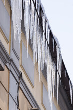 Zwisające Sople Lodowe Z Dach...
