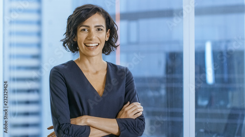 Portrait of the Successful Businesswoman Crossing Her Arms and Smiles Fototapet