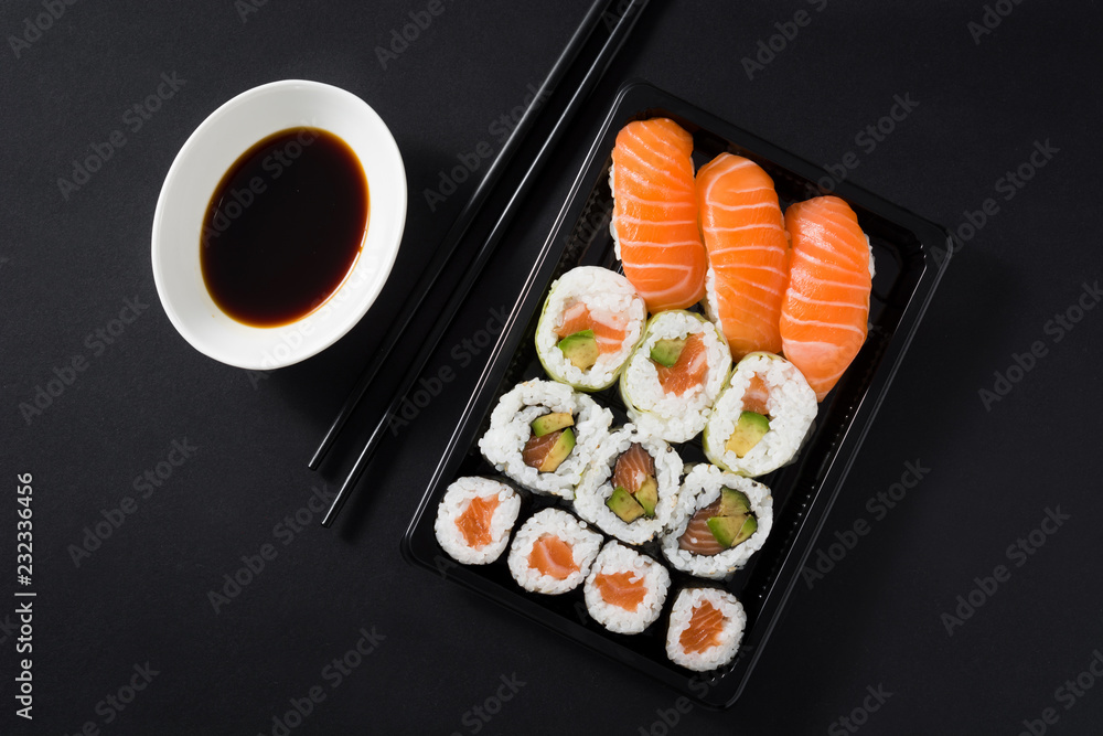 Obraz Maki and nigiri sushi set on black background fototapeta, plakat