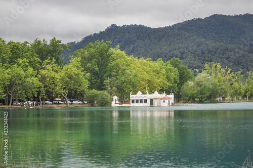 Banos Lago.Vista De La Casa De Banos Vieja En El Lago L Estany De