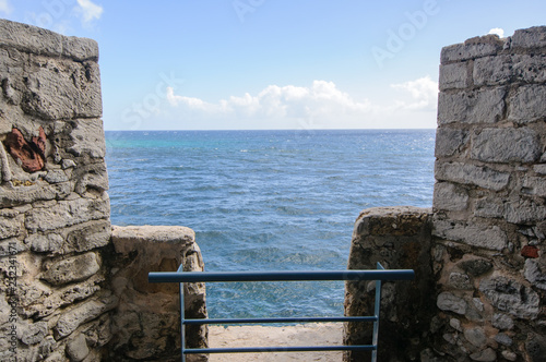 Foto  View of the tropical blue sea from the wall of the ancient fortress