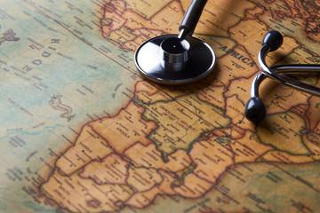 Medicinski stetoskop nad zdravstvenom provjerom Afrike. karta izbliza
