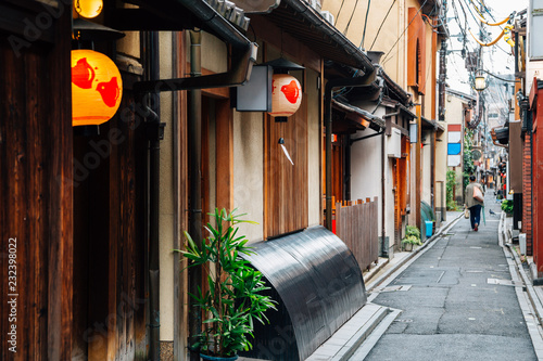 Photo Stands Narrow alley Pontocho, Japanese old restaurant and pub alley in Kyoto, Japan