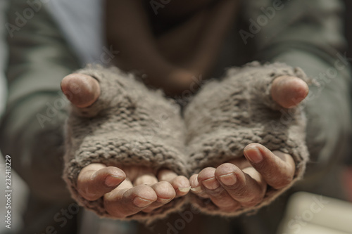 Fotografia Close up hands of older homeless dirty poor beggar man waiting to help from donor