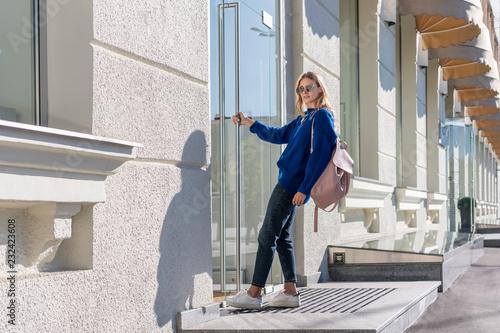 Fotografía  Woman jerking the door