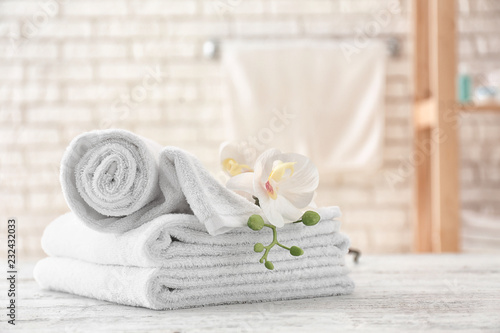 Carta da parati Towels with flowers on light table