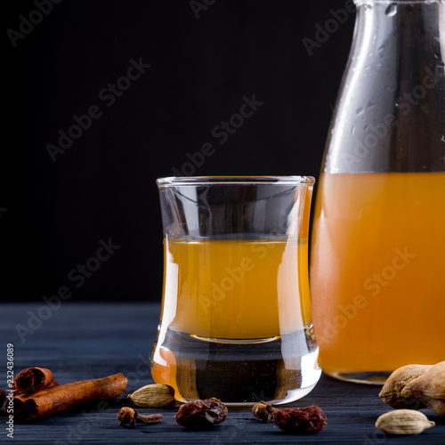Photo Mead alcohol drink with spices