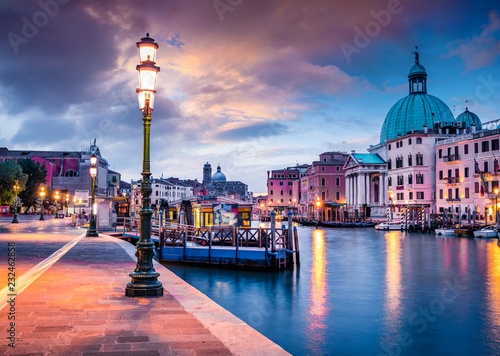 Fotografija Fantastic spring sunrise in Venice with San Simeone Piccolo church
