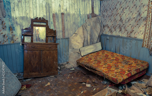 Foto Creepy derelict bedroom in an old abandoned house, vintage coulor cross processe