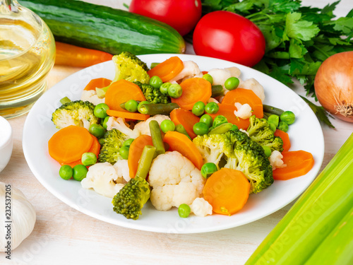 Fotografía  Mix of boiled vegetables, steam vegetables for dietary low-calorie diet