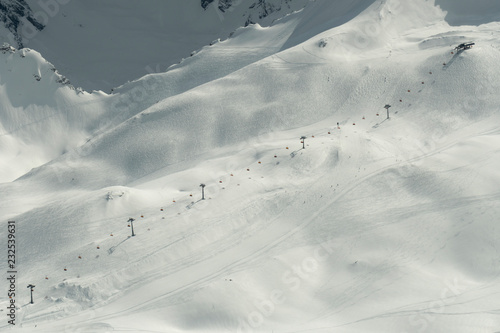 Blick auf einen Skilift von der Zugspitze aus