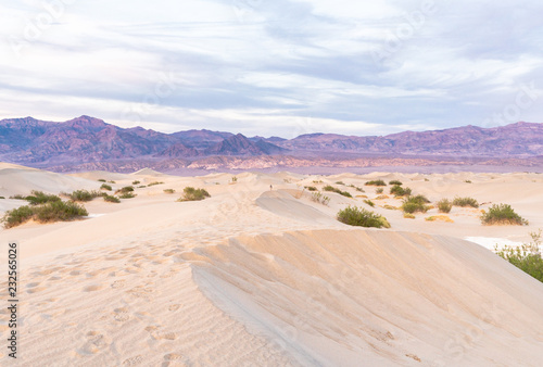 Photo Death valley at sunset as seen from the sand dunes