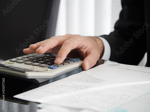 Fényképezés  電卓で計算をする司法書士の手元