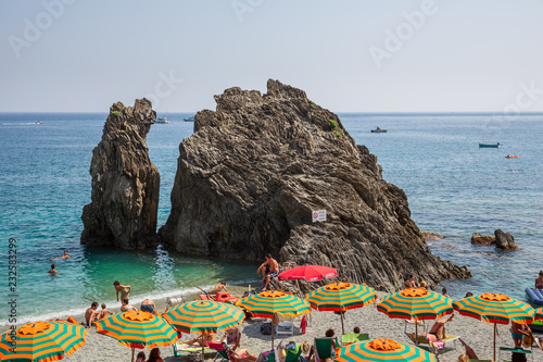 Photographie  People swimming and sunbathing on the beach at Monterosso al Mare on the Liguria