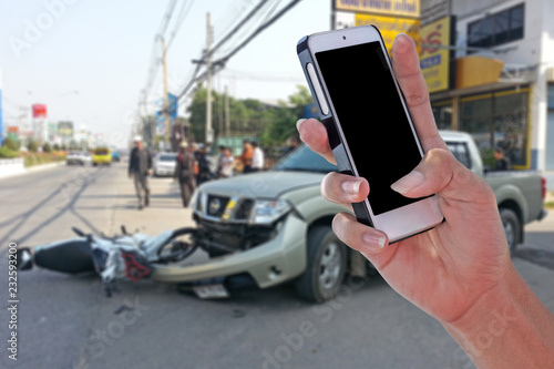 Pinturas sobre lienzo  Man using smartphone at roadside after car accident and blurry background  with