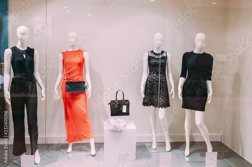 Photo Mannequins Standing In Store Window Display Of Women's Casual Cl