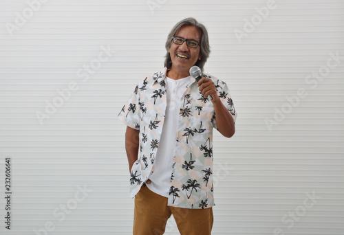 Fotografía  Happy senior traveler asian man wearing glasses, summer shirt and brown shorts s