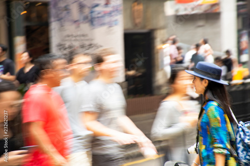 Spoed Foto op Canvas Aziatische Plekken Thai woman walking crossing road with blurred motion chinese people moving at Hollywood Road in Hong Kong, China