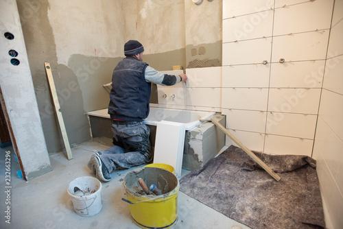 Stampa su Tela  Fliesenleger im Badezimmer