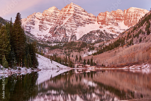 Staande foto Verenigde Staten Maroon Bells and Maroon Lake at sunrise