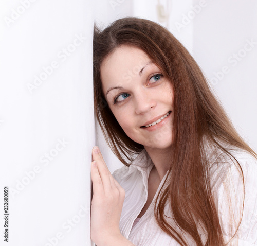 Fotografía  closeup.young woman leaning on wall. isolated on white
