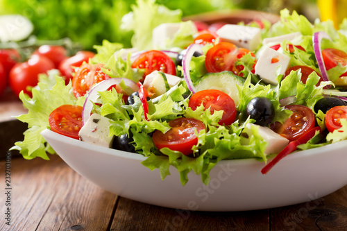 Fotografia bowl of fresh salad with vegetables and greens