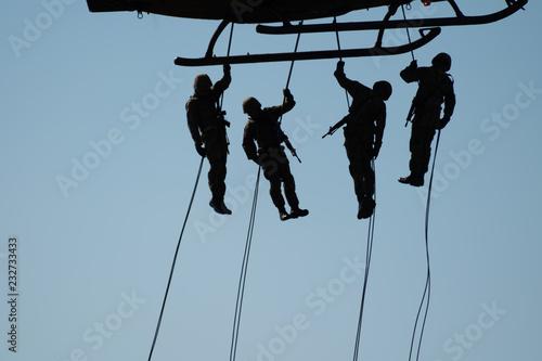 Foto ロープ降下をする軍人