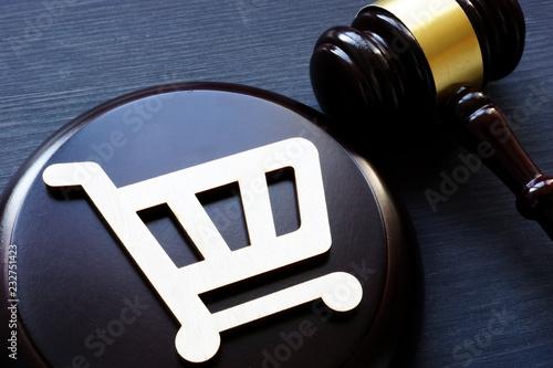Fotografía  Consumer rights. Shopping cart and gavel.