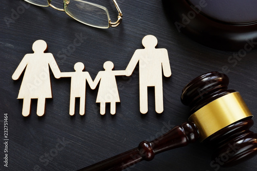 Fotografía  Family law concept. Figures and gavel. Divorce.