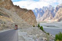 パキスタン 上部フンザのパスー 美しい山のカテドラルピーク 険しい道のカラコルム・ハイウェイと運送トラック