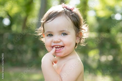 Fotografía  Pretty baby posing in the park