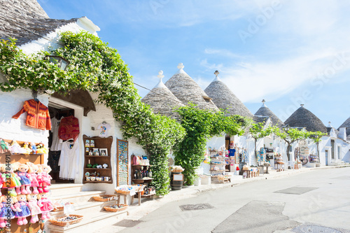Photo Alberobello, Apulia - Beautiful historical architecture called Trulli