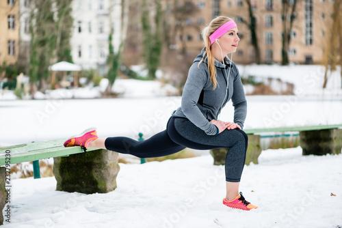Poster Glisse hiver Frau beim Stretching während des Sport Trainings im Winter