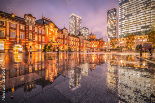 Fotoposter Treinstation Tokyo station with reflection in raining day