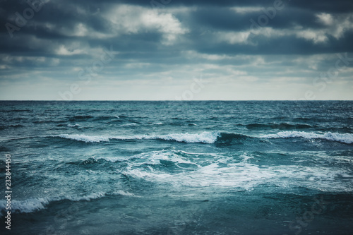 Poster Mer / Ocean Water waves on cloudy sky background