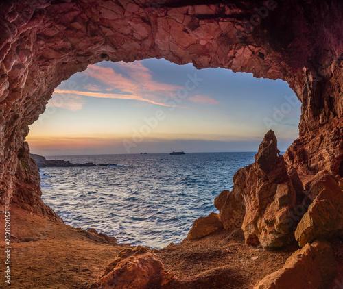 Foto auf Leinwand Kastanienbraun Sunset in a cave