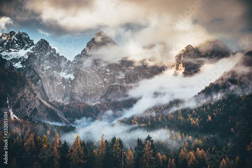 jesienny-krajobraz-gorskich-drzew-halne-drzewo-skaly-w-jesieni-jesieni-gora-kolysa-drzewo-scene