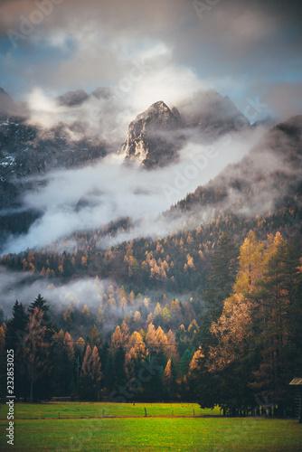 jesien-w-gorach-chmury-i-mgla-w-pomaranczowym-lesie-pod-masywna-skala