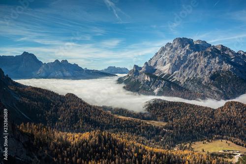 Mer de nuage sur les forêt des Dolomites