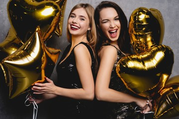 Fototapeta Party Fun. Beautiful Girls Celebrating New Year. Portrait Of Gorgeous Smiling Young Women Enjoying Party Celebration, Having Fun Together. High Quality Image.