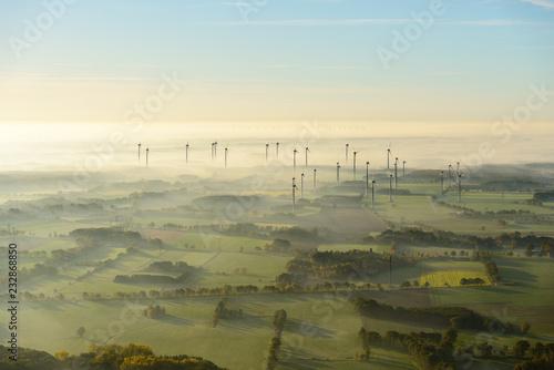 Luftaufnahme von Windkraftanlage im morgendlichem Licht und Nebel