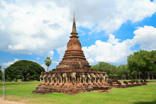 Fotografia  Elephants surrounded pagoda Wat Sorasak temple in Sukhothai
