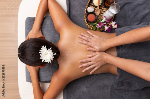 Fotografía  Asian woman enjoying a salt scrub massage at spa.